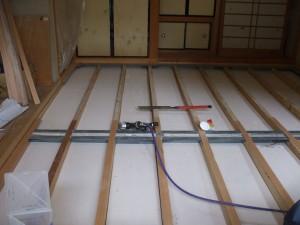 ②床断熱材敷き込み